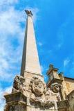 Obelisco na frente do Eglise de la Madeleine em Aix en Provence Imagens de Stock