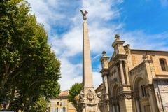 Obelisco na frente do Eglise de la Madeleine em Aix en Provence Fotos de Stock