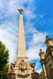 Obelisco na frente do Eglise de la Madeleine em Aix en Provence Fotos de Stock Royalty Free