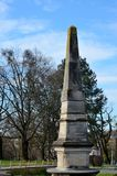 Obelisco stagionato commemorativo al parco Zagreb Croatia del cimitero di Mirogoj Immagini Stock Libere da Diritti
