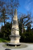 Obelisco stagionato commemorativo al parco Zagreb Croatia del cimitero di Mirogoj Immagine Stock Libera da Diritti