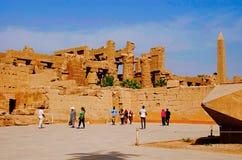 Obelisco, vista interna de um templo e colunas cinzeladas do grande salão hipostilo nos arredores de Amon Re, situados no Temp de imagem de stock royalty free