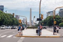 Obelisco y 9 de Julio Avenue en Buenos Aires Foto de archivo libre de regalías