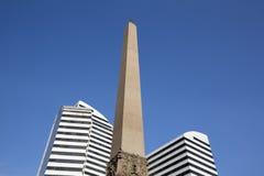 Obelisco y dos edificios modernos en la plaza Francia foto de archivo libre de regalías