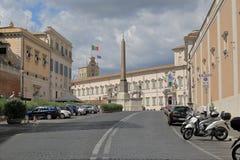 Obelisco y vehículos parqueados en Piazza del Quirinale en Roma Imagen de archivo libre de regalías