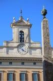 Obelisk av Montecitorio och italiensk parlament på Piazza di Mont Arkivbild