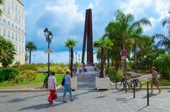 Obelisk de Venet, o nueve líneas oblicuas Neuf Lignes Obliques en Promenade des Anglais, Niza, Francia foto de archivo