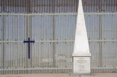 Obelisk, der mexikanische Grenze plus amerikanischen Zaun anzeigt Stockfotos