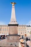 Obelisk di pietra sul quadrato del mercato a Helsinki fotografia stock