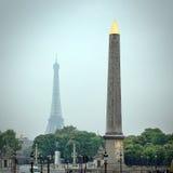 Obelisk em Lugar de la Concorde e torre Eiffel Fotografia de Stock Royalty Free