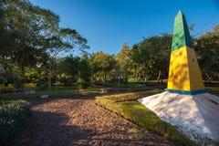 Obelisk i den brasilianska trefaldiga gränsen Arkivbilder