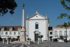 Obelisk i kościół w centrum miasta fotografia royalty free