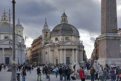 Obelisk i Piazza del Popolo, Rome En egyptisk obelisk står i mitten av piazza Tre sidor av obelisken sneds Arkivfoto