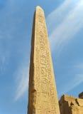 Obelisk i territoriet av den Karnak templet i Egypten Royaltyfria Bilder