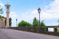 Obelisk met een beeldhouwwerk van heilig. De republiek van San Marino, Ita Royalty-vrije Stock Afbeeldingen