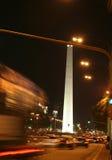 Obelisk, nachtverkeer Stock Afbeelding