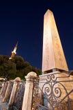 Obelisk och den blåa moskéminaret Arkivbild
