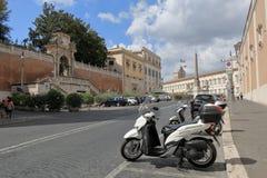 Obelisk och parkerade sparkcyklar i Piazza del Quirinale i Rome Fotografering för Bildbyråer