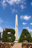 Obelisk und BA simsen mit Hecke in Buenos Aires Lizenzfreie Stockbilder