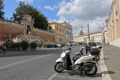 Obelisk und Parkroller in Piazza Del Quirinale in Rom Stockbild