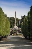 Obeliskbrunnen im Park an Stockfotografie