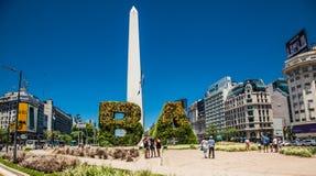 Obelisken ?r symbolen av Buenos Aires i plazaen de la Republica som byggs i 1936 arenaceous royaltyfria foton