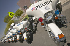 Obemannade polismotorcyklar parkerade framme av mitten för dalsiktsRec, Henderson, NV arkivfoto