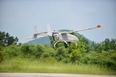 Obemannat flyg- medel som flyger det låga passerandet Fotografering för Bildbyråer