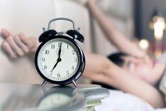 Oben aufgeweckt durch die Geräusche der Alarmuhr Lizenzfreie Stockfotos