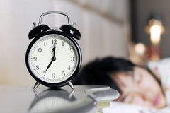 Oben aufgeweckt durch die Geräusche der Alarmuhr Lizenzfreie Stockfotografie