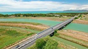Oben genanntes Feld des Luftfluges und Brückenfluß versehen mit Seiten Vogelperspektive auf dem Meer stock video