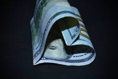 $ 100 oben gerollt in Form eines Herzens Lizenzfreie Stockfotografie