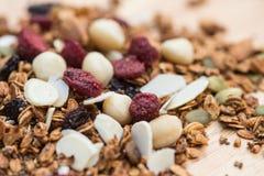 Oben geschlossen und gesundes Lebensmittel des Unschärfefrühstücks, Granola, musli Lizenzfreie Stockbilder