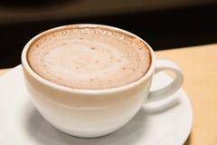 Oben geschlossen vom Tasse Kaffee lokalisiert auf schwarzem Hintergrund Stockfotos