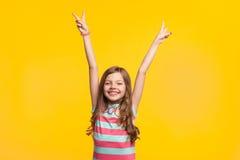 Oben lächelndes Händchenhalten des jungen Mädchens lizenzfreies stockbild