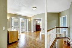 Oben Raum mit Arbeitsniederlegungsplattform im leeren Haus Lizenzfreies Stockbild