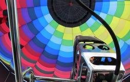Oben schauen in einen Heißluftballon vom Korb mit der Brennerzündung Lizenzfreie Stockbilder