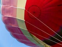 Oben schauen innerhalb eines Heißluft-Ballons stockbilder
