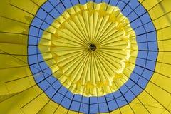 Oben schauen innerhalb eines Heißluft-Ballons Lizenzfreie Stockfotos