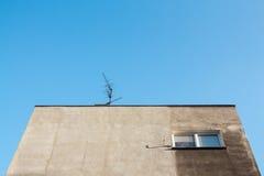 Oben schauen in Richtung zur grauen Fassade der sozialistischen Wohnung im easte Lizenzfreies Stockbild