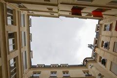 Oben schauen von einem Hof in Paris stockfoto