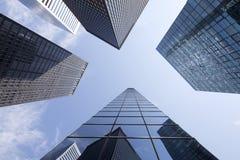 Oben schauen zu den modernen Glas- und Stahlbürogebäuden in niedrigerem m Stockfotos