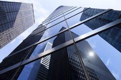 Oben schauen zu den modernen Glas- und Stahlbürogebäuden in niedrigerem m Lizenzfreies Stockbild
