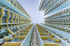 oben schauen zu den Wolkenkratzern mit Weitwinkel Lizenzfreie Stockfotografie