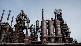 Oben schauen zu einer alten städtischen Stahlkonstruktion Lizenzfreies Stockfoto
