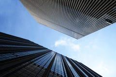 Oben schauen zwischen zwei Wolkenkratzern Lizenzfreie Stockbilder