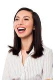 Oben schauende und lachende Unternehmensdame Stockbilder
