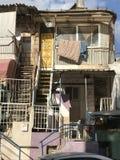 Oben Wohnung mit gelber Tür lizenzfreie stockfotografie
