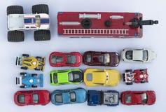 Obenliegende Ansicht über bunte Autospielwaren lizenzfreie stockfotos