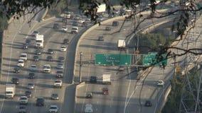 Obenliegende Ansicht beschäftigter Los Angeles-Autobahn - Zeitspanne stock footage